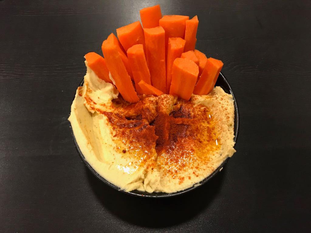 Humus tradicional de garbanzo con crudités de zanahoria